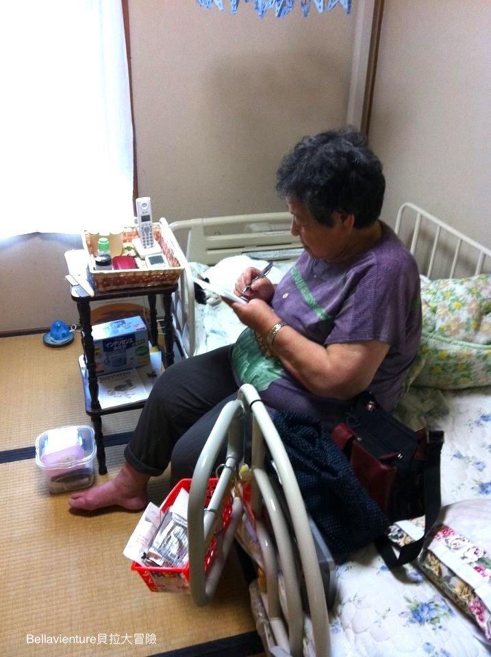 坐在自己房間床上的外婆