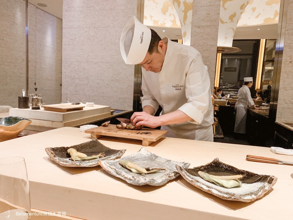 正在擺盤的日本師傅