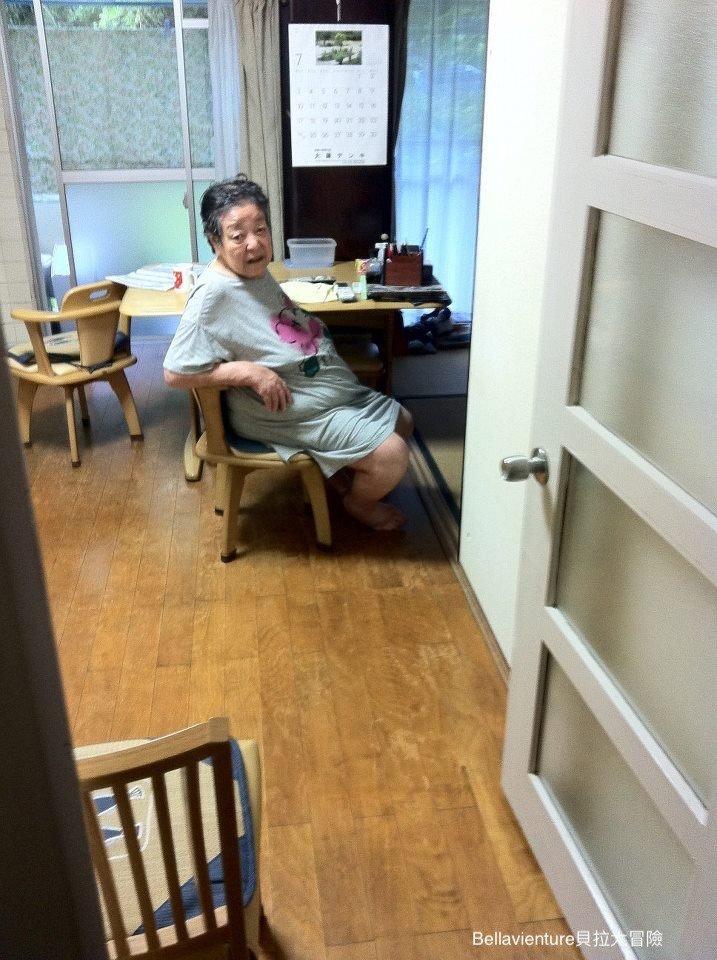 剛洗好澡坐在餐桌邊的外婆