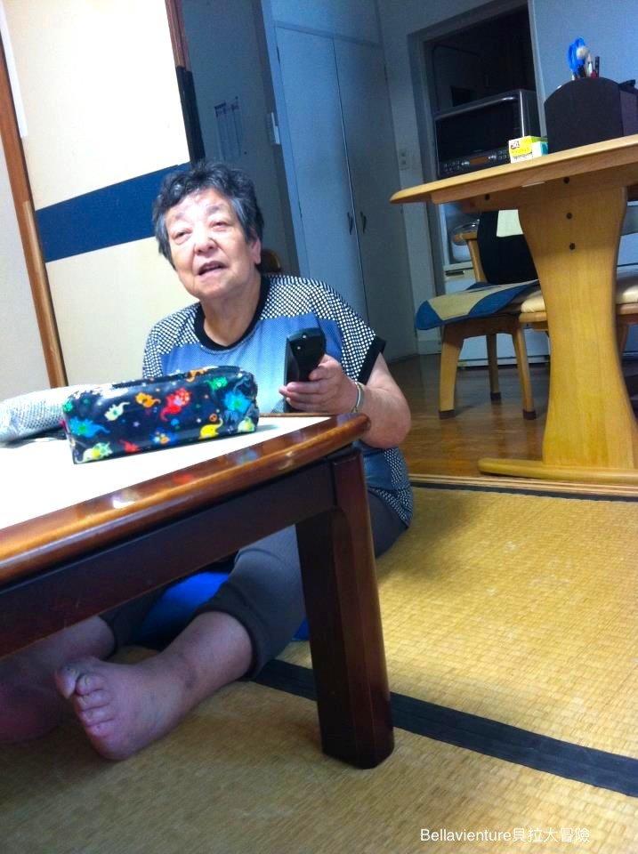 坐在日本暖桌邊的外婆