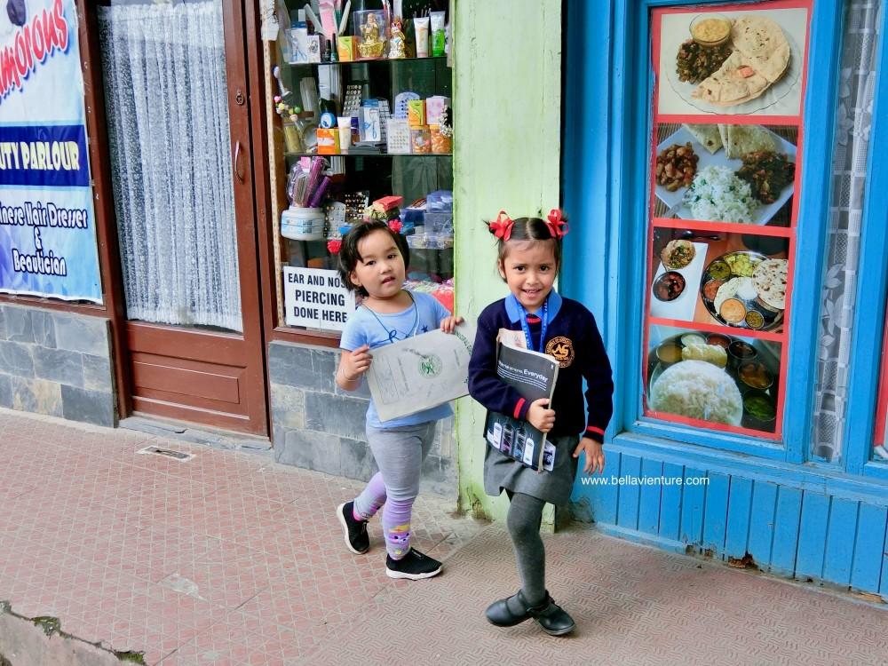 印度 大吉嶺 街景 下課的少女
