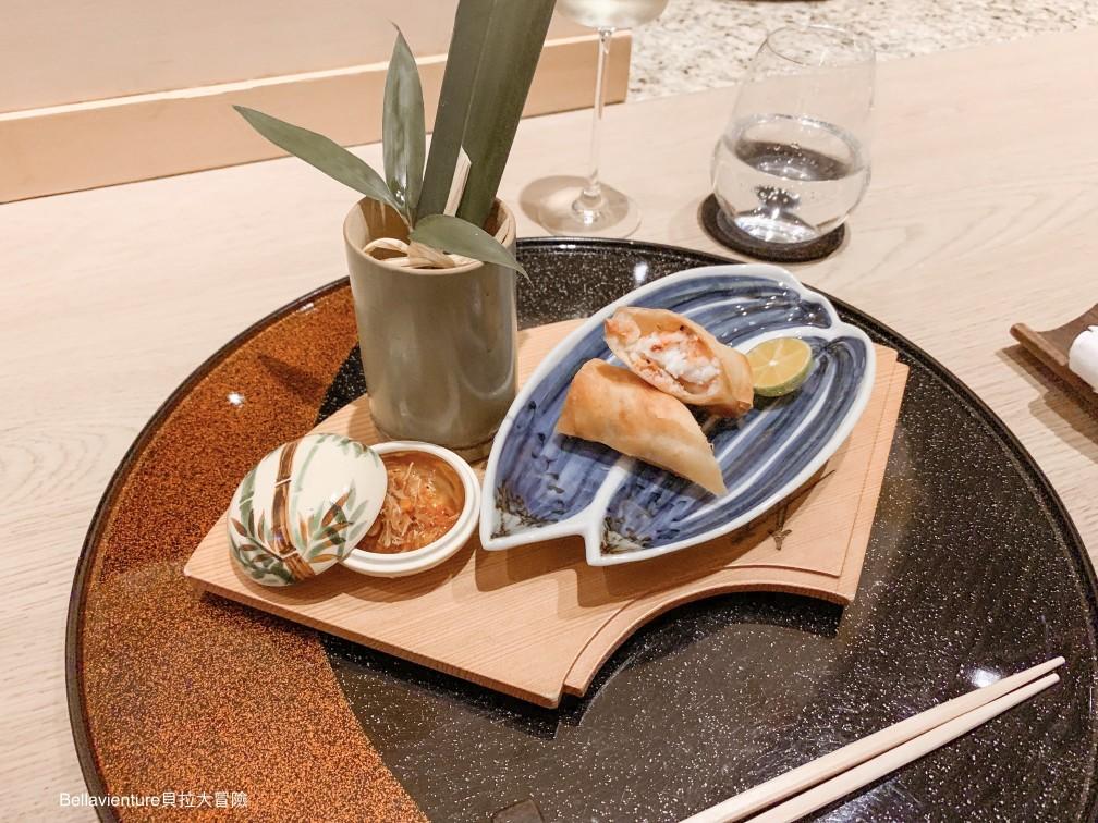 蟹肉製成的炸春捲,有東港櫻花蝦